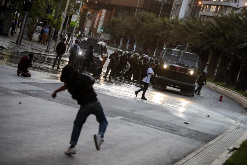 Властите обявиха полицейски час в столицата на Чили след жестоки