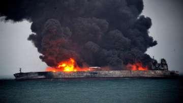Танкерът край бреговете на Китай продължава да гори