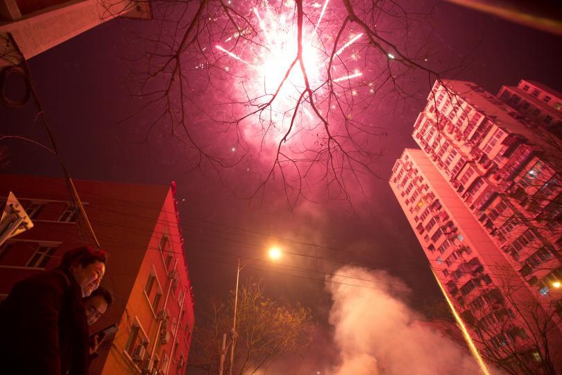 гъст смог надвисна пекин заради хилядите фойерверки лунната нова година