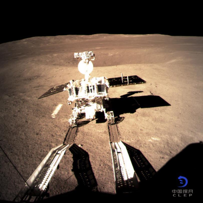 първи снимки обратната страна луната