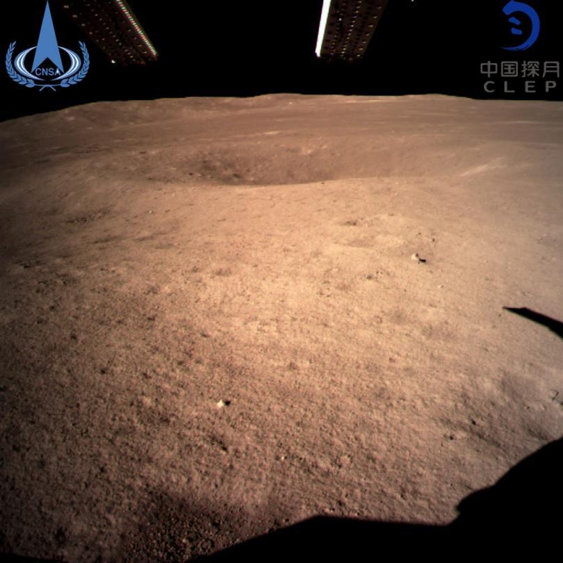 Снимка: Китайски апарат изпрати първите кадри от обратната страна на Луната