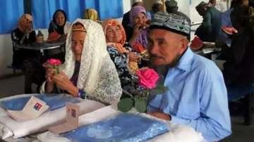 71-годишен мъж предложи брак на чаровна китайка на 114 години