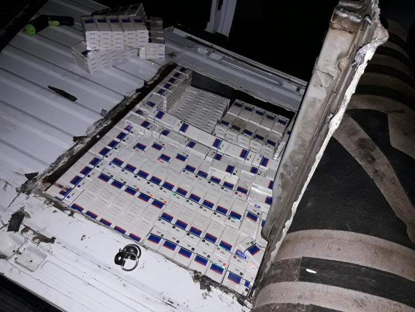 снимка 3 Откриха 3350 кутии контрабандни цигари в тайник на лека кола