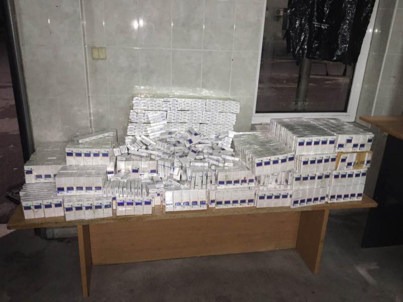 снимка 1 Откриха 3350 кутии контрабандни цигари в тайник на лека кола