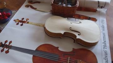Художник стана лютиер, защото няма пари да купи цигулка на сина си