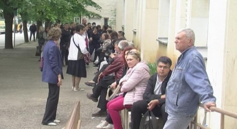 Безпрецедентни опашки от стотици членове на секционни комисии обсадиха РИК-Враца