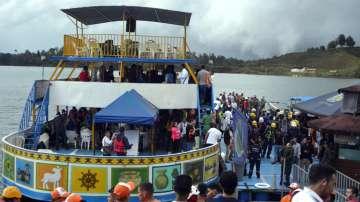 Туристическо корабче със 150 пътници се преобърна в Колумбия