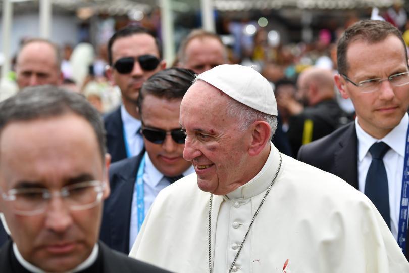 снимка 1 Папа Франциск пострада леко при инцидент с папамобила в Колумбия