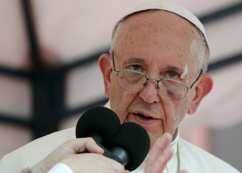 папа франциск пострада леко инцидент папамобила колумбия