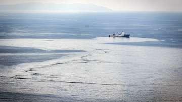 Започна почистването на разлива край Корсика