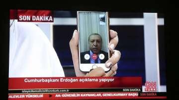 Президентът Ердоган се свърза с турска телевизия с приложение за видеоразговори, като опроверга слуховете, че е убит