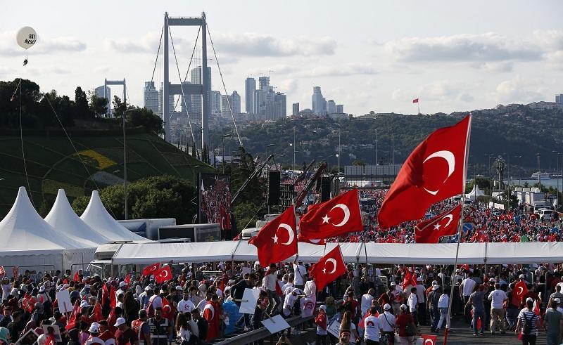 """Хиляди изпълниха """"Моста на мъчениците от 15-и юли"""" в Истанбул"""