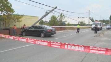Кола се заби в стълб в София