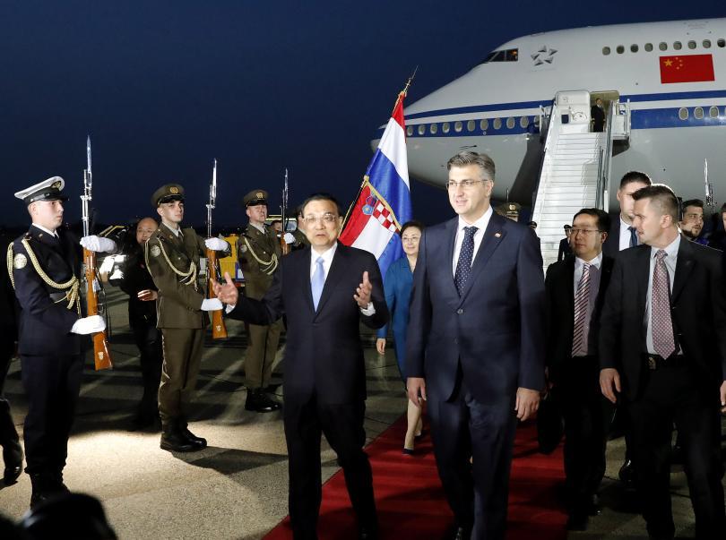 Хърватският премиер Андрей Пленкович посреща китайския премиер Ли Къцян