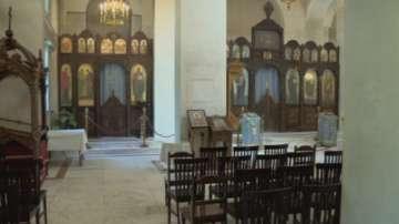 Храм Рождество Богородично вдъхва живот на прозорците с витражи