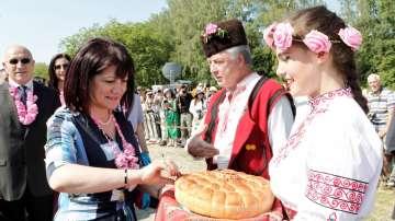 Цвета Караянчева участва в празничното шествие Мъдростта на розата в Казанлък