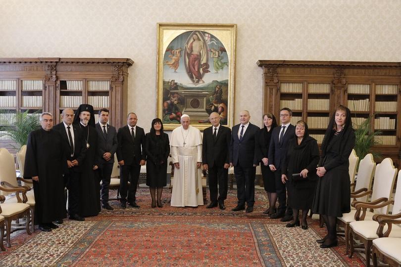 папа франциск прие водената цвета караянчева делегация ватикана снимки