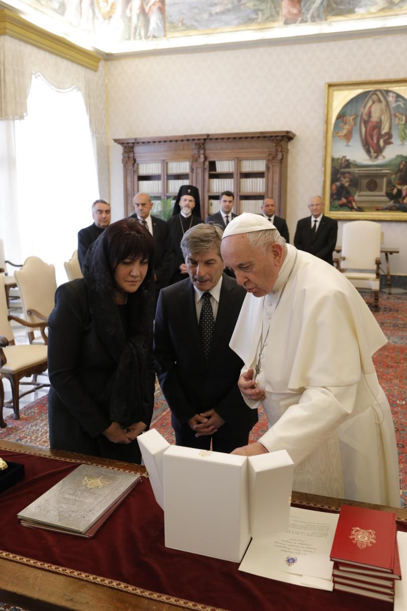 снимка 10 Папа Франциск прие водената от Цвета Караянчева делегация във Ватикана (СНИМКИ)