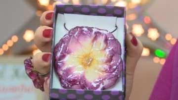 Художничка от Велико Търново прави бижута от цветя