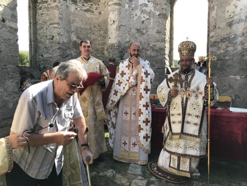 снимка 1 След 56 години прекъсване в Потопената църква отслужиха литургия