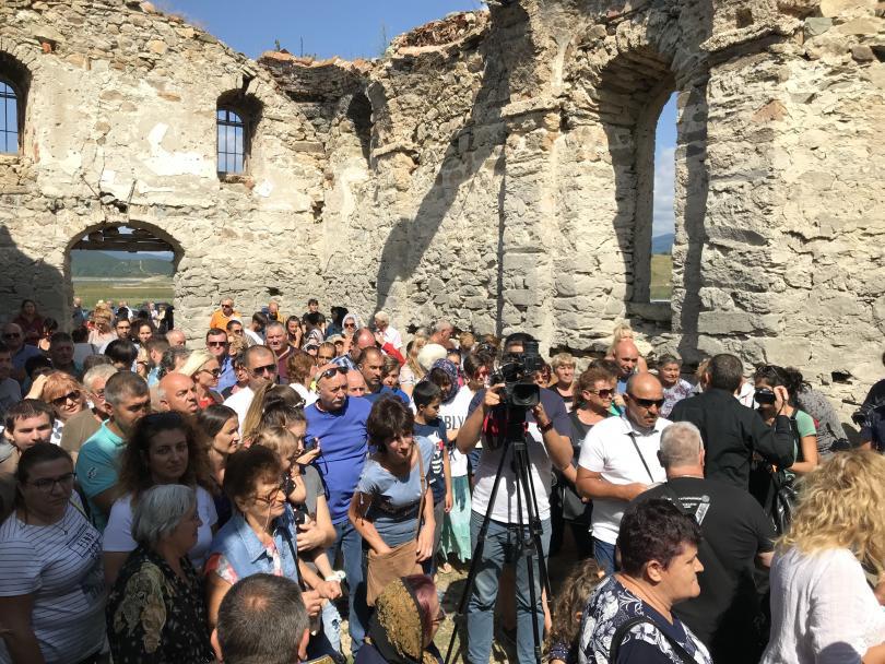 снимка 3 След 56 години прекъсване в Потопената църква отслужиха литургия