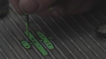 Мъж от Лондон превръща размазани дъвки в красиви миниатюрни картини