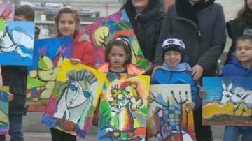 Деца рисуват с цветовете на Златю Бояджиев