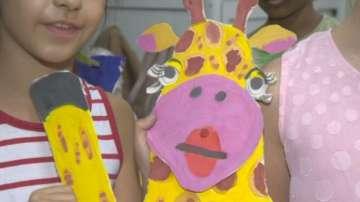 """Деца изработват декорите на мюзикъла """"Снежна приказка"""""""