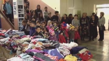 Благородство: Семейство от Германия подари дрехи за деца от шест села