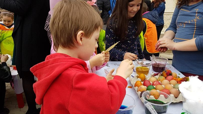 200 деца боядисат 1000 яйца социално слаби възрастни хора