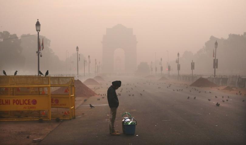 Снимка: Пожарникари се борят със замърсяването на въздуха в Делхи