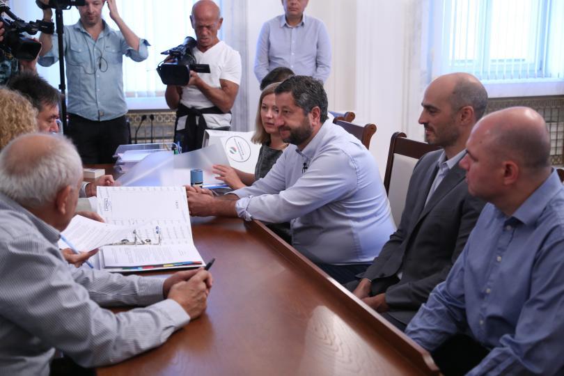 снимка 1 Демократична България внесе 5400 подписа за регистрация в ЦИК