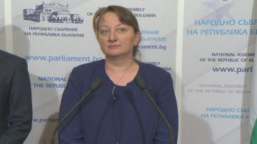 Министър Сачева се срещна с ДПС в парламента заради Закона за социалните услуги