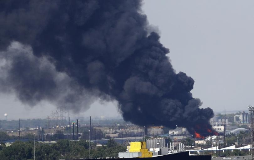 Високите пламъци и гъстият черен дим се виждат от километри.