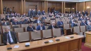 ДПС спаси кворума в НС, в замяна депутатите отложиха спорни законови промени