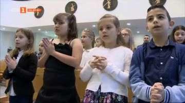 Как децата се подготвят за първо причастие от папа Франциск