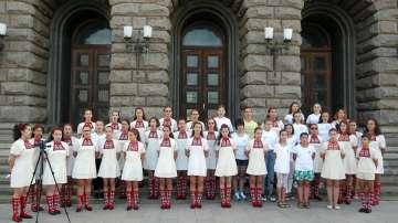 Детският хор на БНР протестира пред Министерския съвет