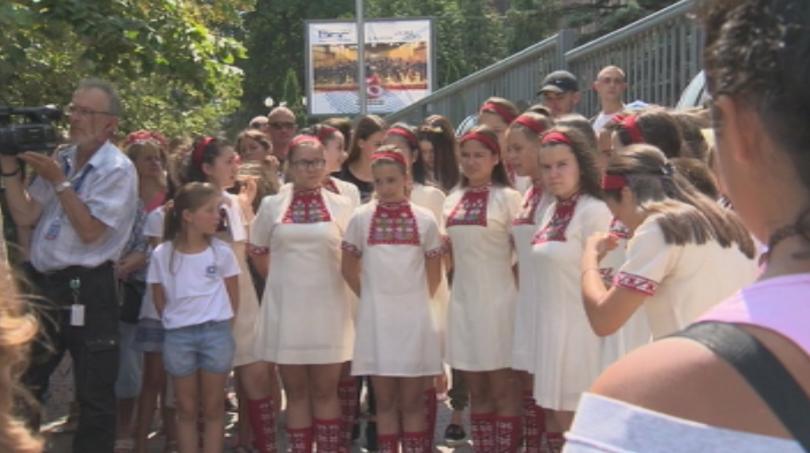 Детският радиохор на БНР и родителите на децата протестират пред