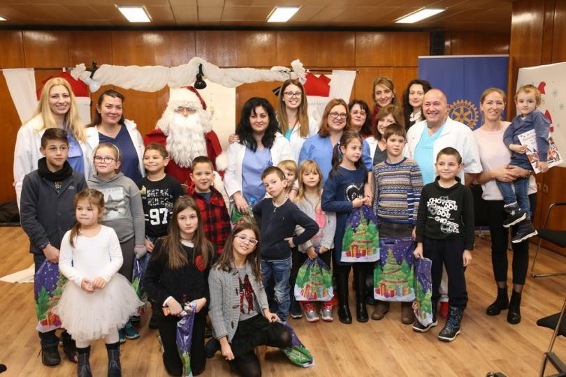 Снимка: Дядо Коледа раздаде подаръци на оперирани във ВМА деца