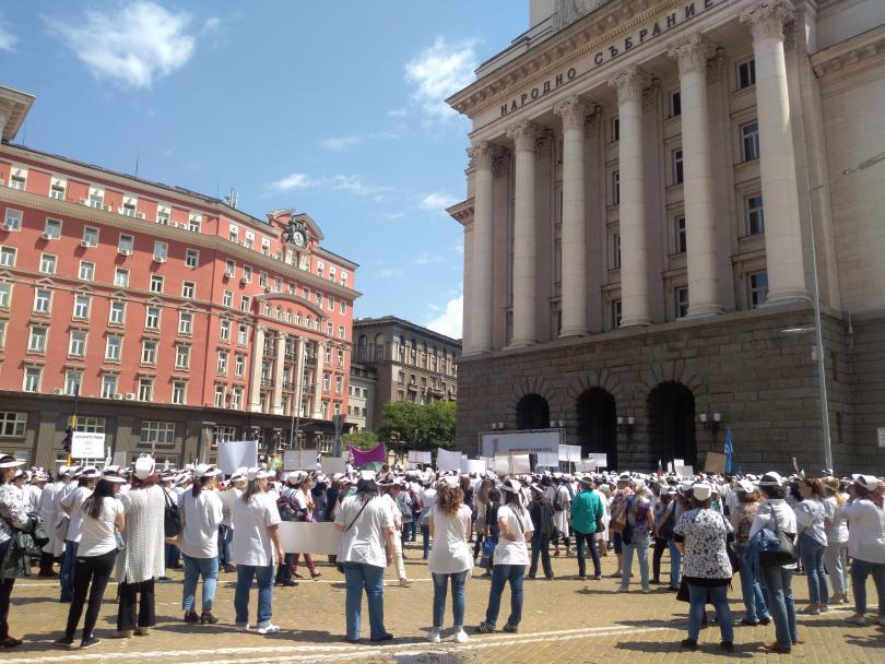 снимка 2 Навръх професионалния си празник: Специалистите по здравни грижи протестират