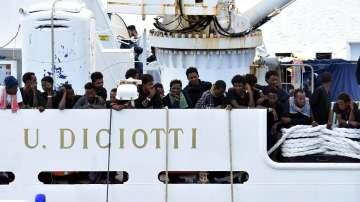 """16 мигранти от кораба """"Дичоти"""" слязоха на италианското пристанище Катания"""