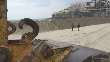 Голяма пясъчна дига се появи на централния плаж в Созопол, хората недоволстват