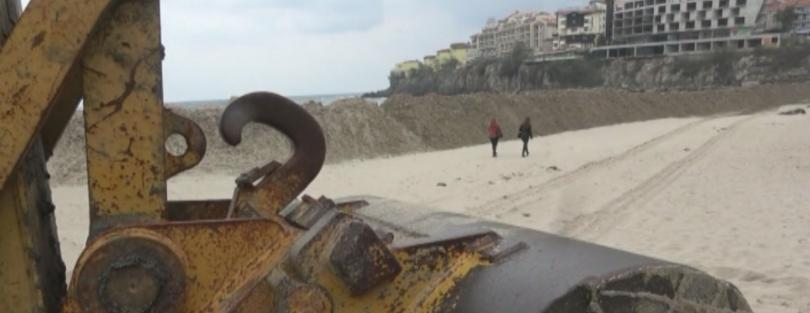 Багер изсипа пясък на централния плаж в Созопол и вдигна