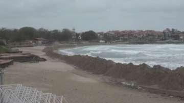 Започна премахването на пясъчната дига на плажа в Созопол