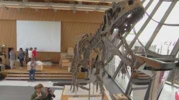 Скелет на динозавър на търг в Париж