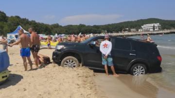Полицията ще изяснява вината на шофьора, чийто джип затъна в пясъка на плаж