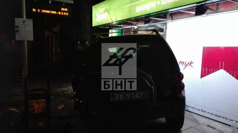 снимка 1 Джип се вряза в магазин на Сточна гара