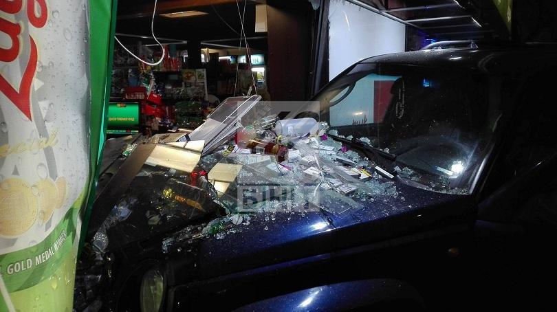 снимка 3 Джип се вряза в магазин на Сточна гара