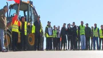 Строители блокираха пътя към Дуранкулак в знак на протест