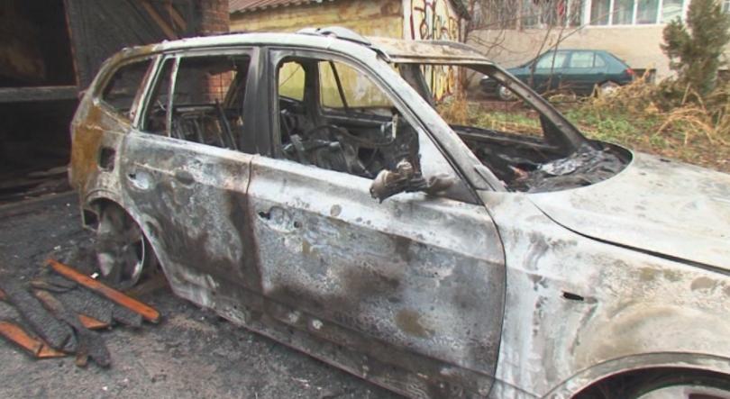 Тази нощ горяха два автомобила в Добрич. Според запознати колите